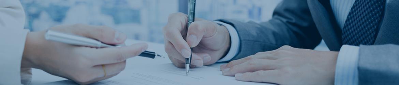 Schreibende Hände, bildlich für Vertragsschluss Abofalle.